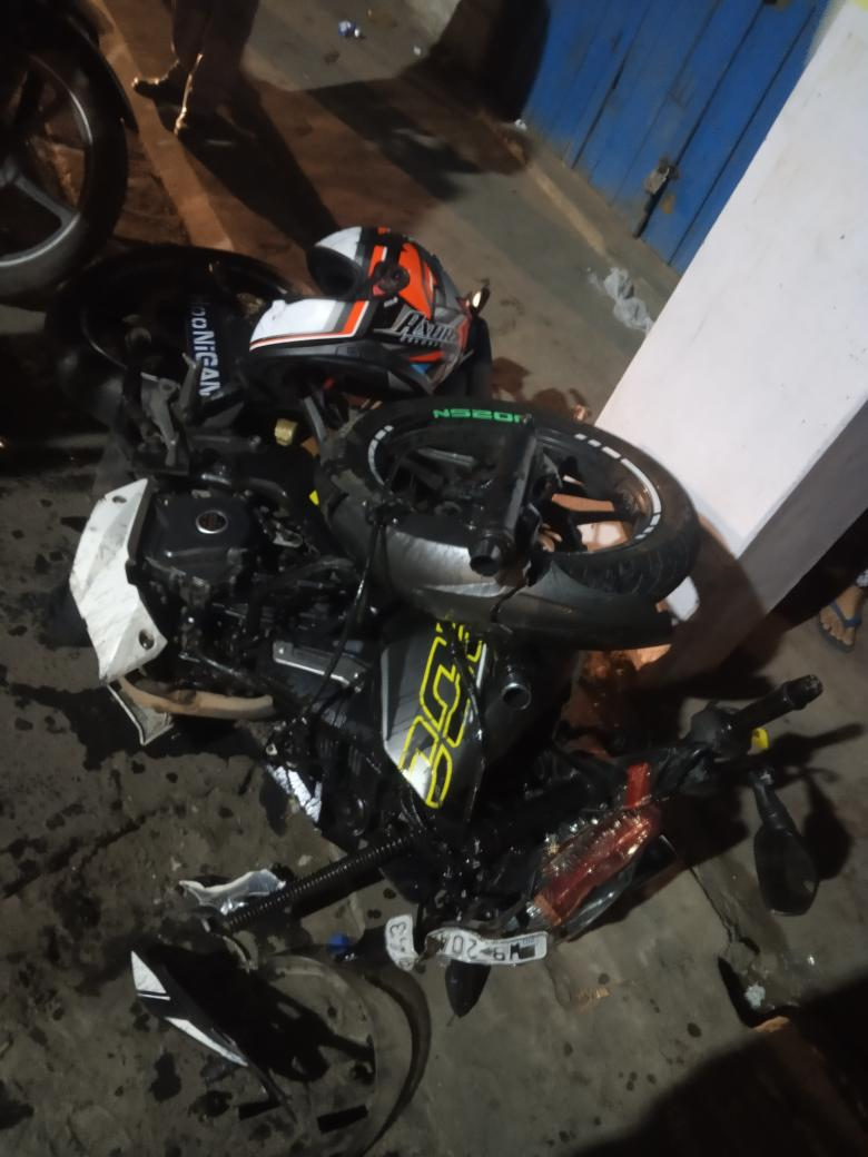 EMaQTRMUUAApKcX - A young bike rider accident by a Kolkata police drunken pilot car driver even he has without license today near at tollygunge ITI Ps Regent Park Time 8.45 PMI hope Kolkata police take necessary action against him.
